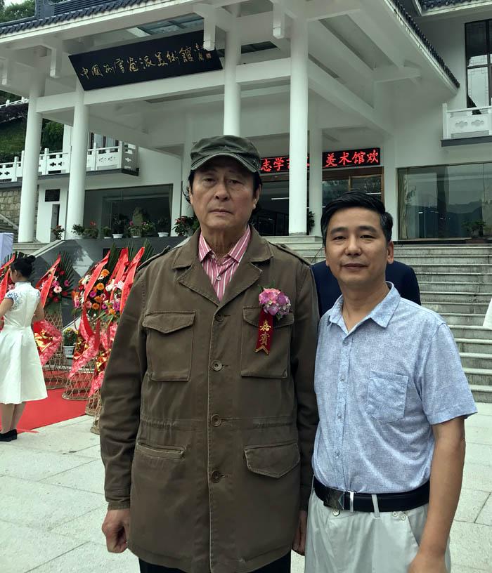 网站总编刘东方和易洪斌先生合影留念
