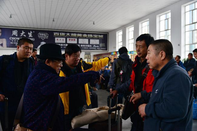 5-于志学等人在牙克石火车站候车    卢平摄  IMG_9390.JPG