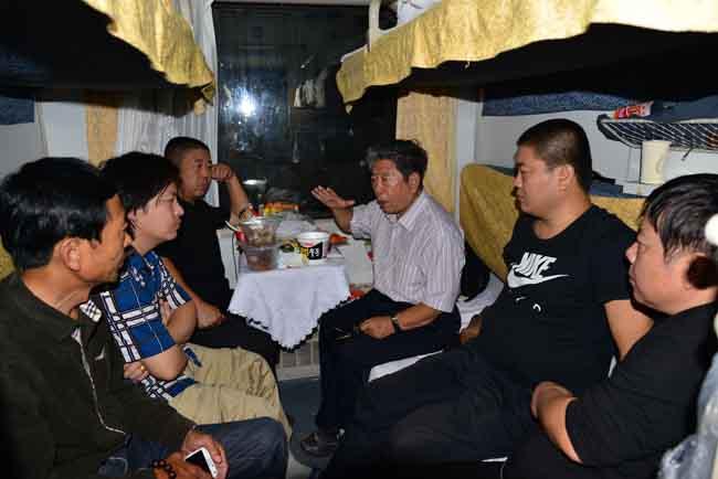 6-于志学与弟子在火车上交流    卢平摄   IMG_9292.JPG