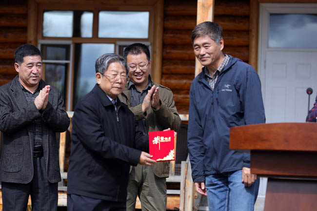11-2016年胡金贵局长在中国冰雪画诞生地立碑三周年纪念仪式上向于志学颁发作品收藏证书     张军摄1F7A6336 (6).JPG