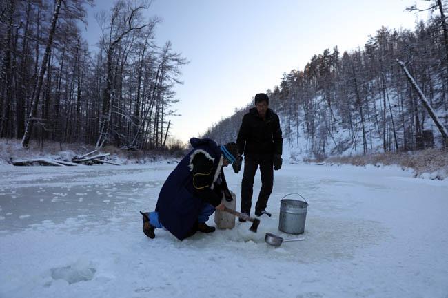 凿冰取水     卢平摄   1F7A8703.JPG